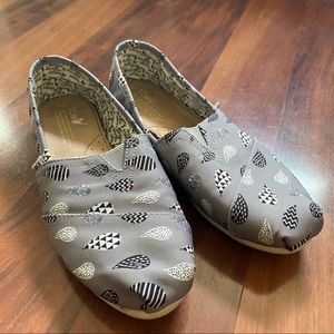 Toms 9.5 singing in the rain canvas shoes